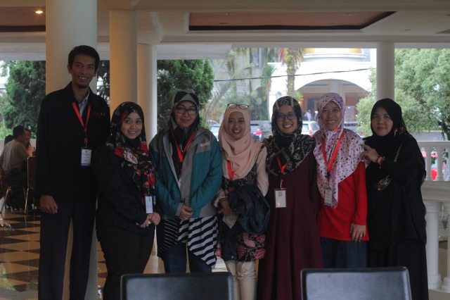 Foto bersama usai diskusi kelompok bersama bu Abidah.JPG