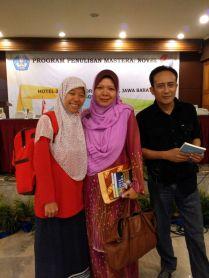 difoto malah kedip, hehe. Bersama DR. Kamariah (pembimbing dari Malaysia) dan Agus R. Sarjono